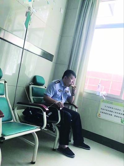 桂林这个打吊瓶啃馒头的警察感动了好多人(图)