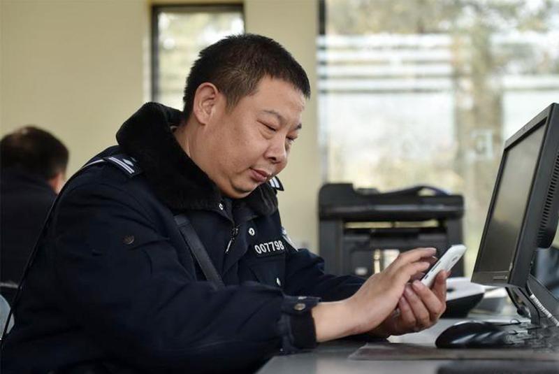 工作中的吕建江警官
