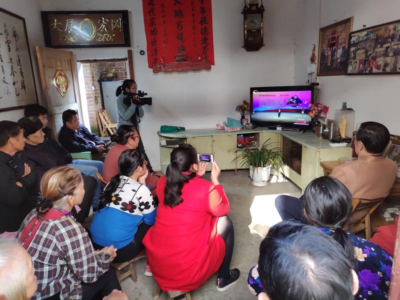 恭城瑶族自治县莲花镇门等村民纷纷在家收看直播