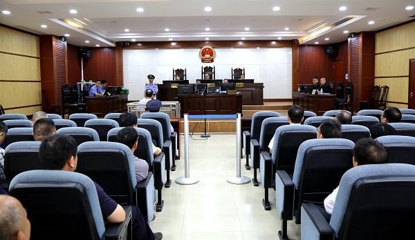"""贵港:60多名干部到庭审现场""""零距离""""接受警示教育"""