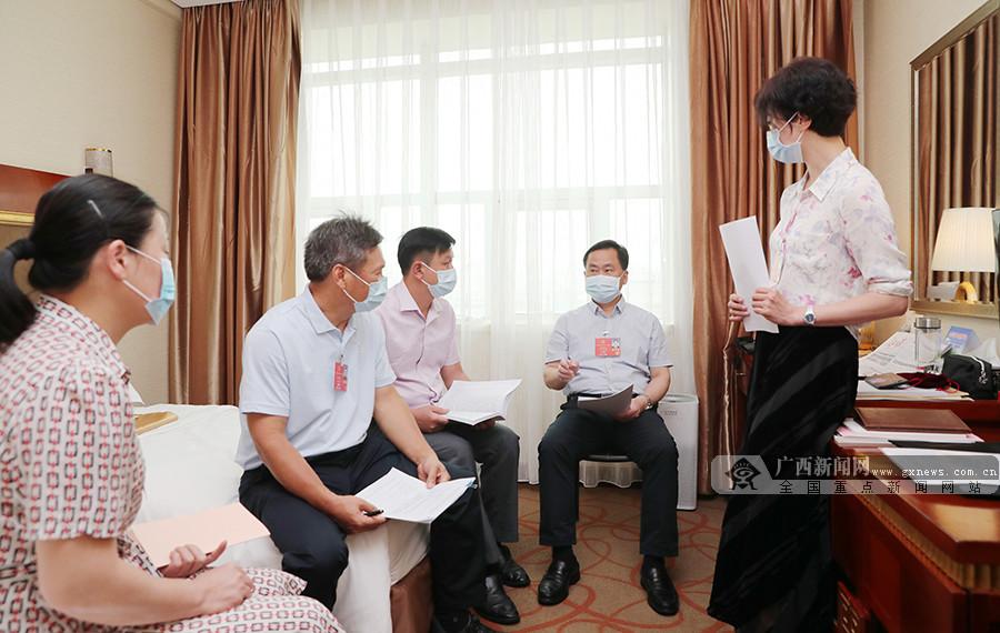 在桂全国人大代表精心准备议案建议