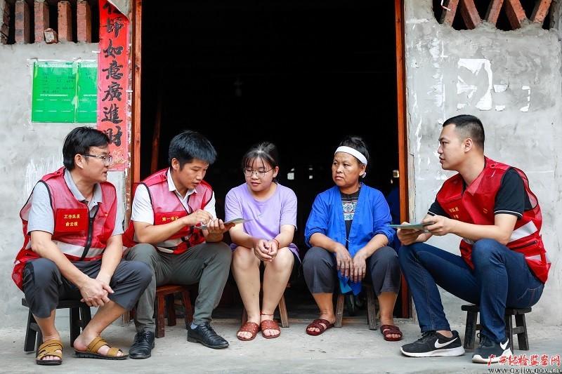 镜头丨驻村干部助力乡村振兴